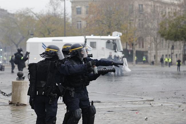 """Cuộc bạo động tồi tệ nhất trong 50 năm ở Pháp, Paris bất đắc dĩ biến thành """"chiến trường"""" - Ảnh 11"""