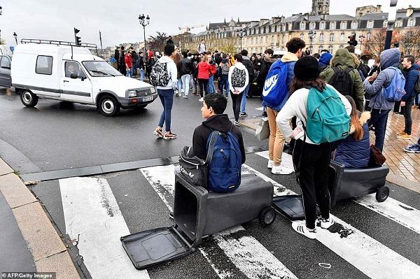 Video: Học sinh Pháp quỳ gối, ôm đầu trước cảnh sát gây chấn động dư luận - Ảnh 4