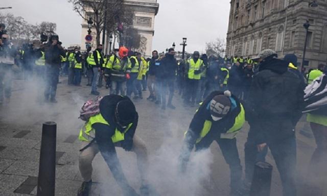 Cận cảnh cuộc đụng độ giữa hàng ngàn người biểu tình với cảnh sát Paris - Ảnh 2