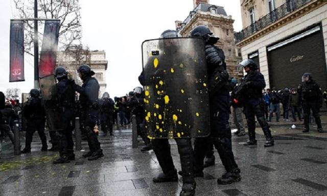Cận cảnh cuộc đụng độ giữa hàng ngàn người biểu tình với cảnh sát Paris - Ảnh 3