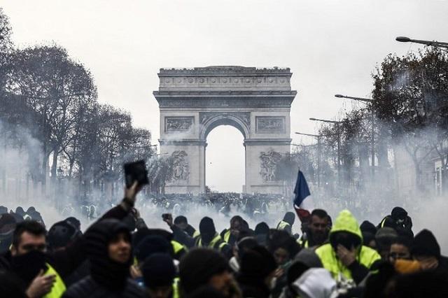 Cận cảnh cuộc đụng độ giữa hàng ngàn người biểu tình với cảnh sát Paris - Ảnh 4