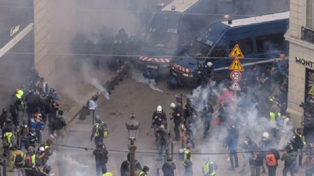 Cận cảnh cuộc đụng độ giữa hàng ngàn người biểu tình với cảnh sát Paris - Ảnh 5