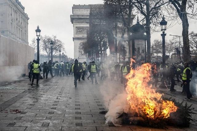 Cận cảnh cuộc đụng độ giữa hàng ngàn người biểu tình với cảnh sát Paris - Ảnh 6