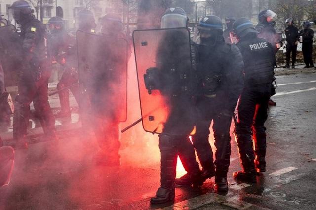 Cận cảnh cuộc đụng độ giữa hàng ngàn người biểu tình với cảnh sát Paris - Ảnh 7