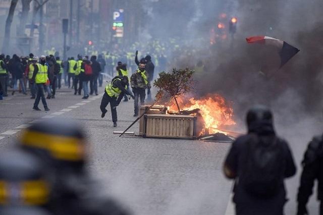 Cận cảnh cuộc đụng độ giữa hàng ngàn người biểu tình với cảnh sát Paris - Ảnh 8