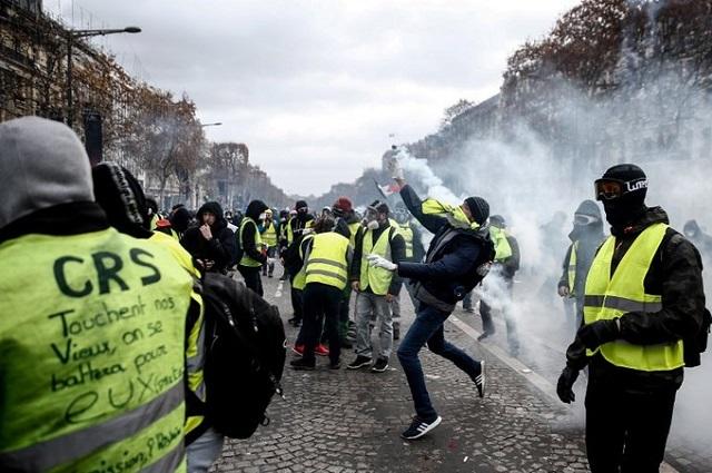 Cận cảnh cuộc đụng độ giữa hàng ngàn người biểu tình với cảnh sát Paris - Ảnh 9
