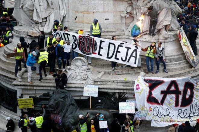 Cận cảnh cuộc đụng độ giữa hàng ngàn người biểu tình với cảnh sát Paris - Ảnh 11