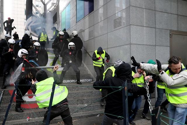 Cận cảnh cuộc đụng độ giữa hàng ngàn người biểu tình với cảnh sát Paris - Ảnh 12
