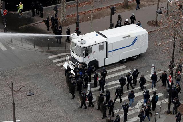 Cận cảnh cuộc đụng độ giữa hàng ngàn người biểu tình với cảnh sát Paris - Ảnh 14