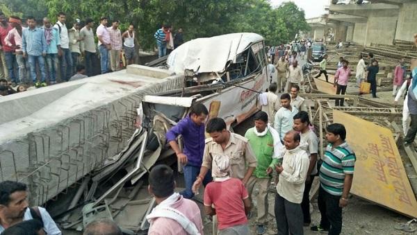 Sập cầu vượt đang xây ở Ấn Độ, ít nhất 18 người chết - Ảnh 2
