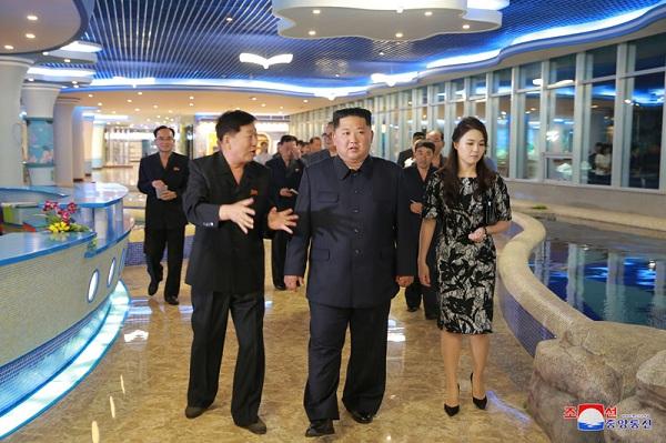 Ông Kim Jong-un bất ngờ thị sát nhà hàng hải sản ở Bình Nhưỡng trước khi sang Singapore - Ảnh 1
