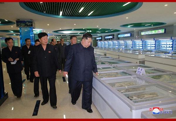 Ông Kim Jong-un bất ngờ thị sát nhà hàng hải sản ở Bình Nhưỡng trước khi sang Singapore - Ảnh 3