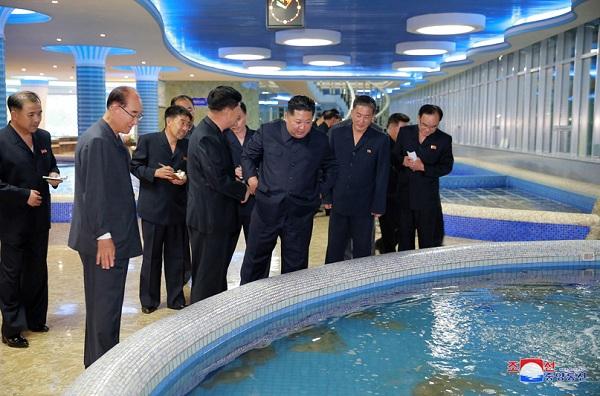 Ông Kim Jong-un bất ngờ thị sát nhà hàng hải sản ở Bình Nhưỡng trước khi sang Singapore - Ảnh 4