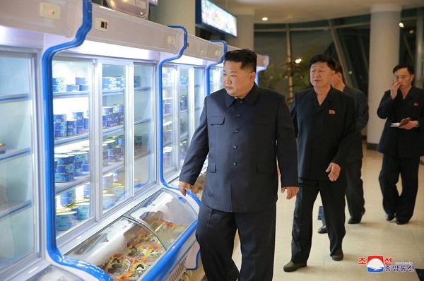 Ông Kim Jong-un bất ngờ thị sát nhà hàng hải sản ở Bình Nhưỡng trước khi sang Singapore - Ảnh 6