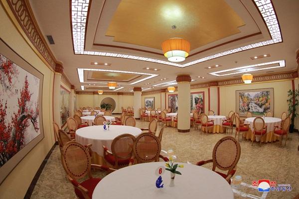 Ông Kim Jong-un bất ngờ thị sát nhà hàng hải sản ở Bình Nhưỡng trước khi sang Singapore - Ảnh 11