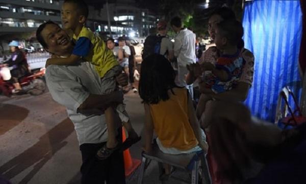 Bầu không khí vui mừng ngập tràn khắp Thái Lan khi đội bóng được giải cứu thành công - Ảnh 9