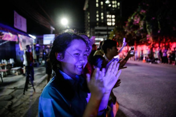 Bầu không khí vui mừng ngập tràn khắp Thái Lan khi đội bóng được giải cứu thành công - Ảnh 3