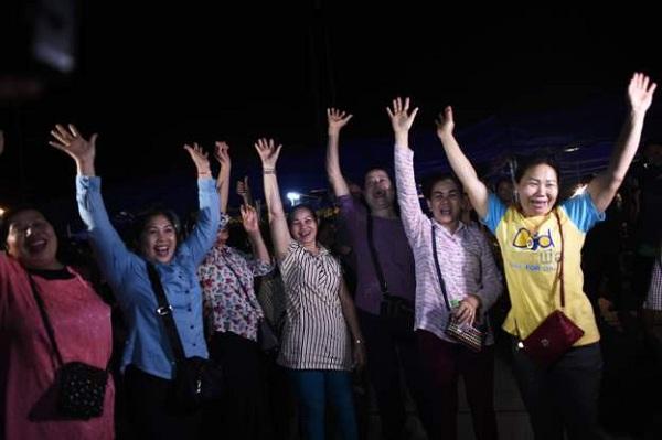 Bầu không khí vui mừng ngập tràn khắp Thái Lan khi đội bóng được giải cứu thành công - Ảnh 5