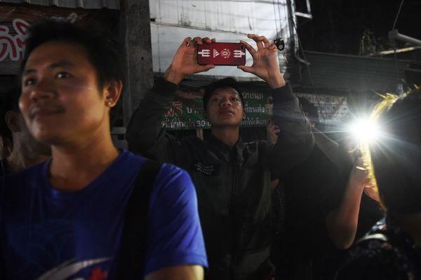 Bầu không khí vui mừng ngập tràn khắp Thái Lan khi đội bóng được giải cứu thành công - Ảnh 7