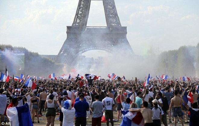 CĐV Pháp ăn mừng cuồng nhiệt ngày đội bóng đăng quang World Cup 2018 - Ảnh 2