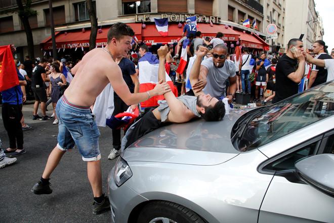 CĐV Pháp ăn mừng cuồng nhiệt ngày đội bóng đăng quang World Cup 2018 - Ảnh 3
