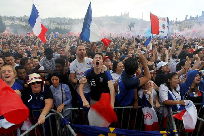 CĐV Pháp ăn mừng cuồng nhiệt ngày đội bóng đăng quang World Cup 2018 - Ảnh 4
