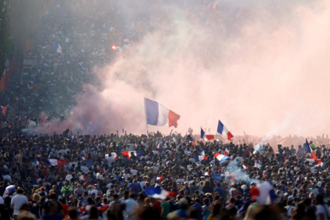 CĐV Pháp ăn mừng cuồng nhiệt ngày đội bóng đăng quang World Cup 2018 - Ảnh 5