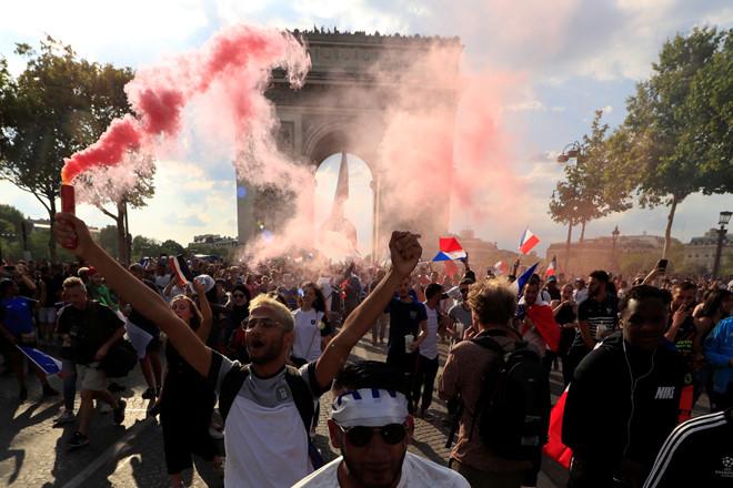 CĐV Pháp ăn mừng cuồng nhiệt ngày đội bóng đăng quang World Cup 2018 - Ảnh 6