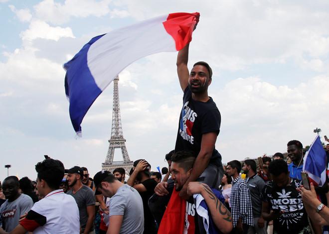 CĐV Pháp ăn mừng cuồng nhiệt ngày đội bóng đăng quang World Cup 2018 - Ảnh 7