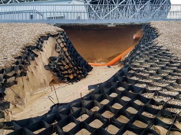 Sân vận động World Cup mới xây của Nga tan hoang chỉ sau một trận mưa - Ảnh 2