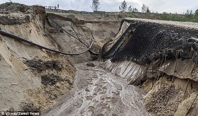 Sân vận động World Cup mới xây của Nga tan hoang chỉ sau một trận mưa - Ảnh 9