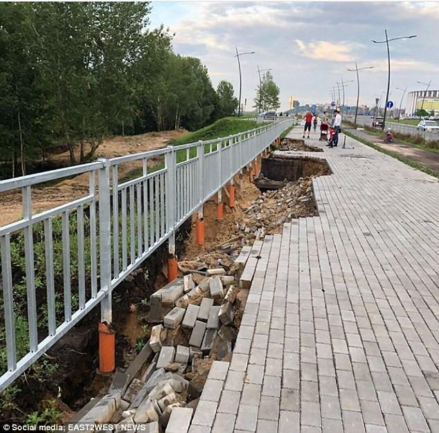 Sân vận động World Cup mới xây của Nga tan hoang chỉ sau một trận mưa - Ảnh 4