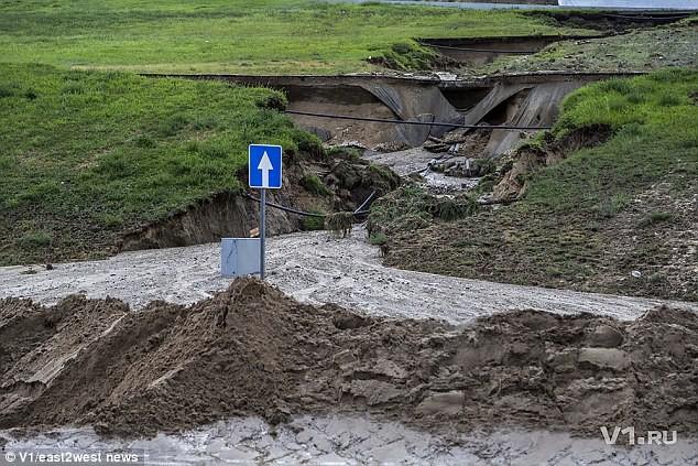 Sân vận động World Cup mới xây của Nga tan hoang chỉ sau một trận mưa - Ảnh 6