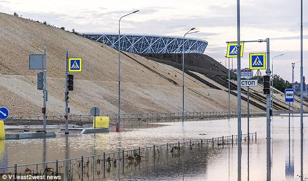 Sân vận động World Cup mới xây của Nga tan hoang chỉ sau một trận mưa - Ảnh 7