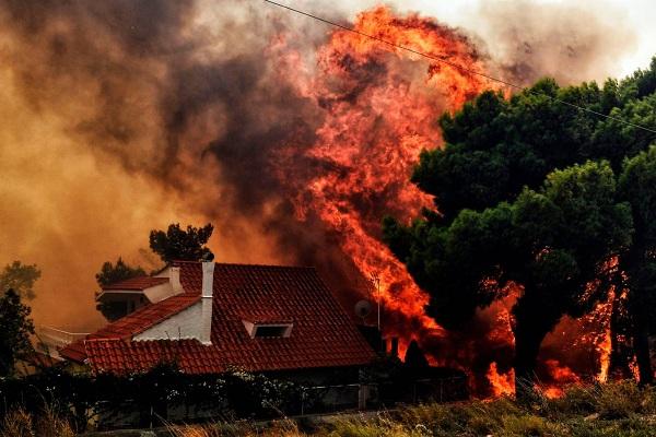 """Hy Lạp: Cận cảnh """"quỷ lửa"""" nuốt trọn gần 100 ngôi nhà, ít nhất 74 người chết - Ảnh 3"""