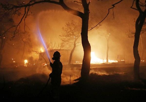 """Hy Lạp: Cận cảnh """"quỷ lửa"""" nuốt trọn gần 100 ngôi nhà, ít nhất 74 người chết - Ảnh 6"""