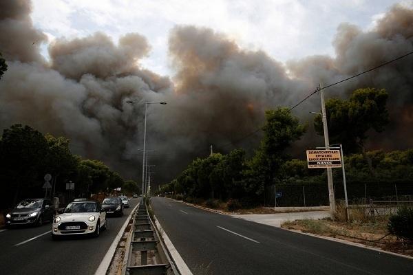 Video: Cận cảnh người dân hoảng loạn cố chạy thoát khỏi biển lửa ở Hy Lạp - Ảnh 1