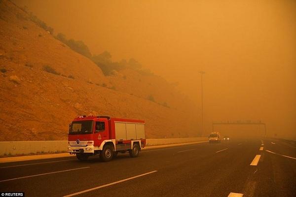 """Hy Lạp: Cận cảnh """"quỷ lửa"""" nuốt trọn gần 100 ngôi nhà, ít nhất 74 người chết - Ảnh 9"""