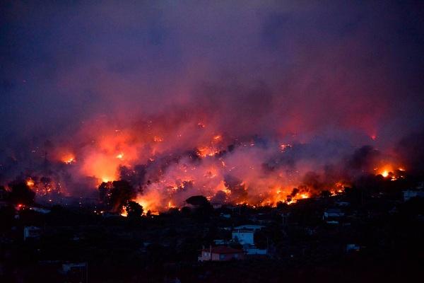 """Hy Lạp: Cận cảnh """"quỷ lửa"""" nuốt trọn gần 100 ngôi nhà, ít nhất 74 người chết - Ảnh 4"""