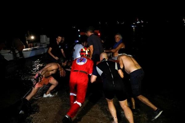 Video: Cận cảnh người dân hoảng loạn cố chạy thoát khỏi biển lửa ở Hy Lạp - Ảnh 2