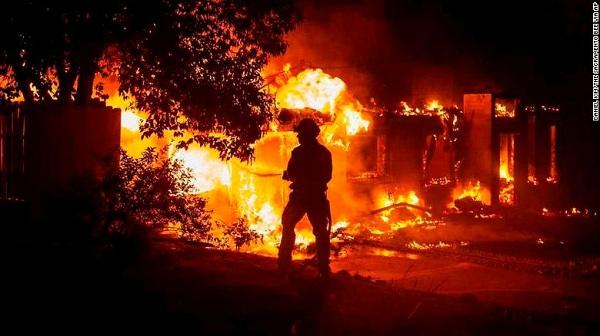 Cháy rừng kinh hoàng ở California: Hơn 120.000 người phải sơ tán - Ảnh 1
