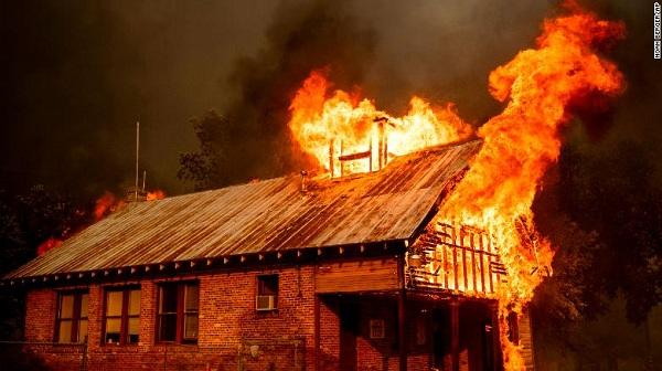 Cháy rừng kinh hoàng ở California: Hơn 120.000 người phải sơ tán - Ảnh 2