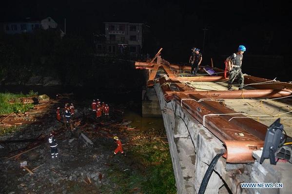 Sập cầu kinh hoàng ở Trung Quốc, 8 người thiệt mạng, 3 người bị thương - Ảnh 1