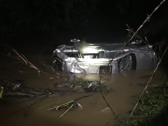 Video: Mưa lớn ở Mỹ khiến loạt ô tô trong đại lý bị cuốn theo dòng nước lũ - Ảnh 1