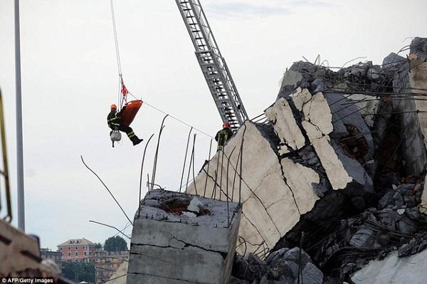 """""""Địa ngục trần gian"""" sau thảm kịch sập cầu cao 100m tại Italy: Ít nhất 35 người thiệt mạng - Ảnh 5"""