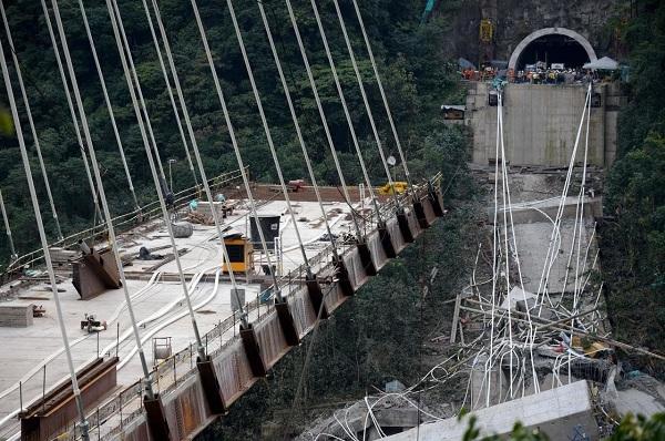 """""""Địa ngục trần gian"""" sau thảm kịch sập cầu cao 100m tại Italy: Ít nhất 35 người thiệt mạng - Ảnh 8"""
