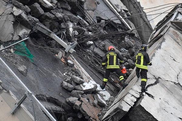 """""""Địa ngục trần gian"""" sau thảm kịch sập cầu cao 100m tại Italy: Ít nhất 35 người thiệt mạng - Ảnh 9"""