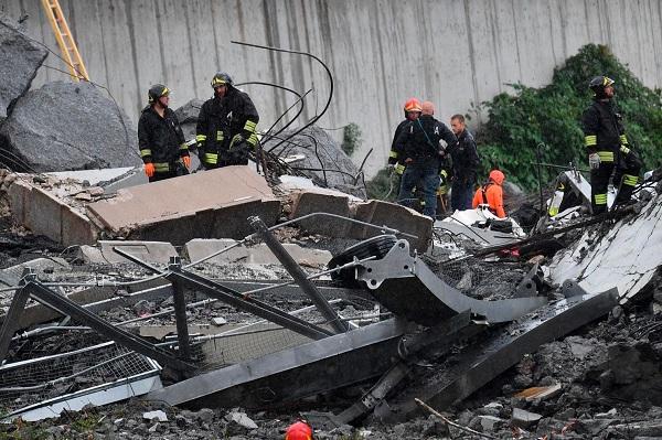 """""""Địa ngục trần gian"""" sau thảm kịch sập cầu cao 100m tại Italy: Ít nhất 35 người thiệt mạng - Ảnh 11"""