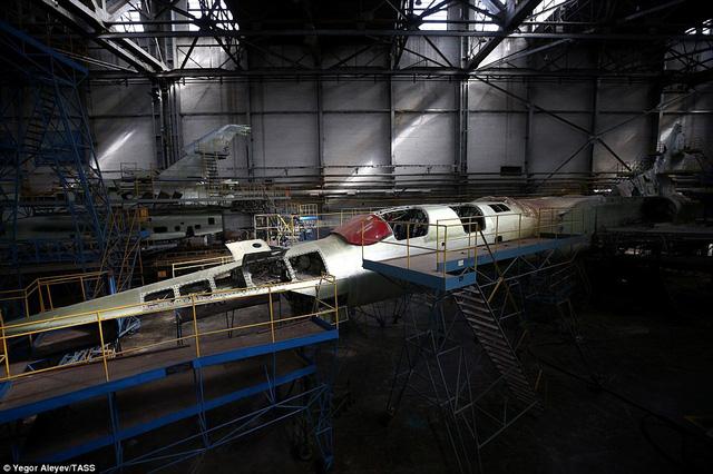 """Cận cảnh nhà máy sản xuất """"sát thủ diệt hạm siêu thanh"""" Tu-22M3M của Nga - Ảnh 12"""