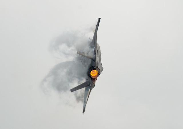 """Video: Màn nhào lộn mãn nhãn của """"quái điểu thống trị bầu trời Trung Đông"""" F-35 - Ảnh 2"""
